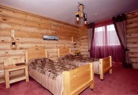 Кровать, прикроватная тумба.