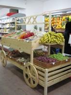 Овощной развал стилизованный под телегу.
