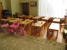 Стулья и столы.